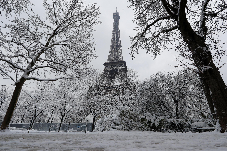 Tháp Eiffel - Paris trong tuyết trắng, ảnh chụp ngày 07/02/2018.