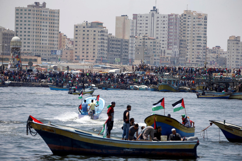 Người dân ở cảng Gaza đứng xem con tàu của Palestine chuẩn bị ra khơi bất chấp cấm vận của Israel, ngày 29/05/2018