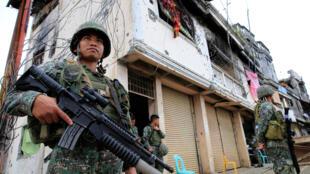Des soldats de l'armée gouvernementale, dans les rues de Marawi, le 13 septembre 2017.