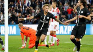 Neymar, avançado brasileiro do PSG (no centro), apontou três golos frente ao Estrela Vermelha.