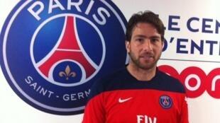 O lateral esquerdo da seleção brasileira, Maxwell, com o brasão do PSG, time que defende em Paris.