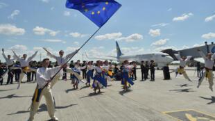 Một nhóm nghệ sĩ Ukraina biểu diễn ăn mừng ngày đầu tiên bỏ visa nhập cảnh vào LH Châu Âu tại đường băng sân bay Boryspil, Kiev ngày 11/06/2017.