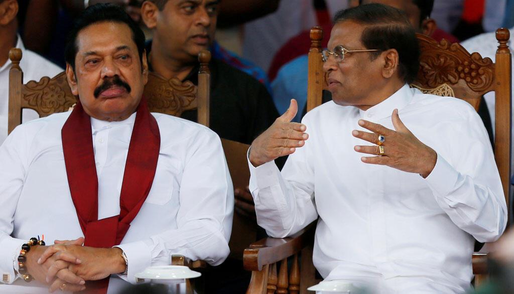 Le Premier ministre sri-lankais nouvellement nommé, Mahinda Rajapaksa (G) et le président Maithripala Sirisena (D) s'expriment lors d'une manifestation près du parlement à Colombo, au Sri Lanka, le 5 novembre 2018.