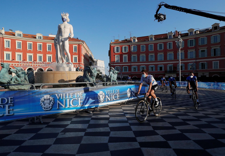 Lors des préparatifs du coup d'envoi de l'édition 2020 du Tour de France, le 27 août 2020 à Nice.
