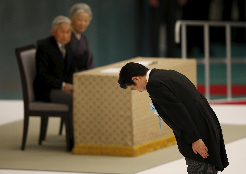 O primeiro-ministro japonês, Shinzo Abe, se curva diante do imperador Akihito e a imperatriz Michiko, durante cerimônia dos 70 anos do fim da Segunda Guerra Mundial, em Tóquio, neste sábado (15).