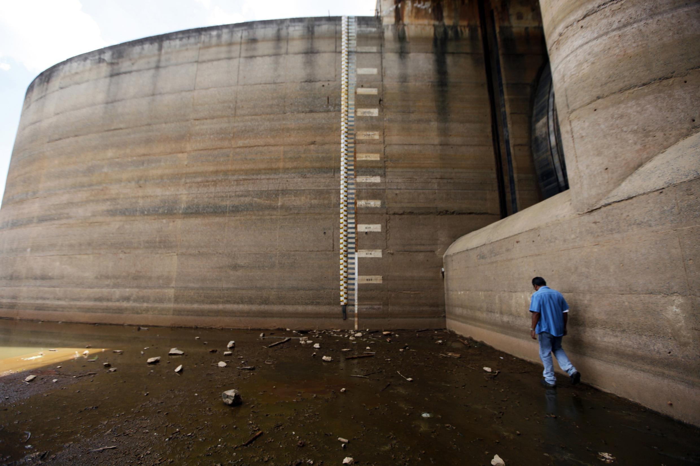 Un homme marche devant le barrage Jaguari presque à sec, le 24 février 2014.