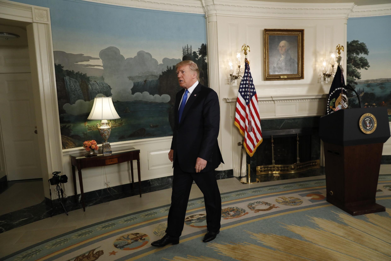 Tổng thống Mỹ Donald Trump rời phòng họp sau khi nói về hồ sơ hạt nhân Iran, Nhà Trắng, Washington, ngày 13/07/2017