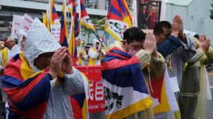 2019年3月10日,西藏活動人士在台北舉行的紀念西藏反抗中共統治60周年遊行活中的祈禱。