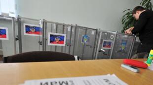 Urnas sendo preparadas para votação em Donetsk, em 10 de maio.