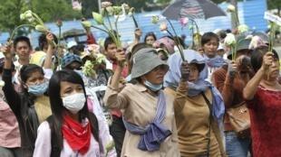 Người dân khu Boeung Kak và Borei Keila biểu tình phản đối trước Quốc hội Cam Bốt tại Phnom Penh ngày 28/05/2012 đòi thả 15 người bị bắt trong vụ cưỡng chế đất để giao cho một công ty Trung Quốc.