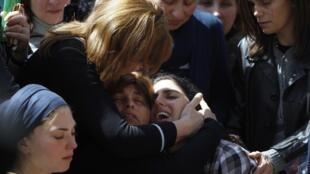 A mãe de Miriam Monsonego, garota de sete anos assassinada em Toulouse, chora durante seu funeral em Jerusalém, nesta quarta-feira.