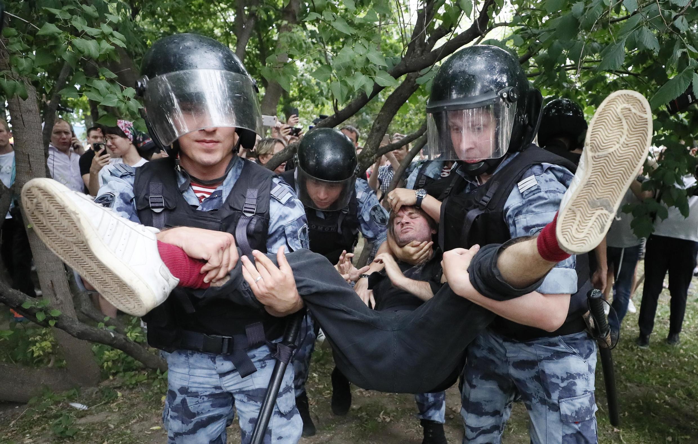 На шествии в Москве 12 июня задержали более 400 человек