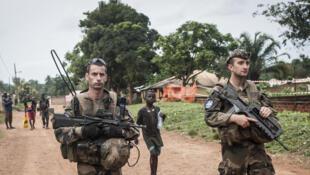 Des soldats de la Sangaris patrouillent aux alentours de Boda, dans le sud de la Centrafrique, le 24 juillet 2014.