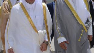 O ministro do Exterior do Kuwait, xeque Sabah al-Khaled al-Sabah, recebe o colega do Catar, xeque Mohammad Bin Abdulrahman al-Thani