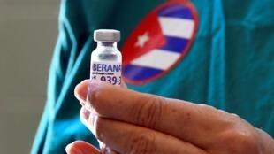 La enfermera Xiomara Rodríguez muestra un vial de la vacuna cubana contra el covid-19 Soberana 2 que se administrará a un voluntario durante un ensayo fase III, el 31 de marzo de 2021 en La Habana