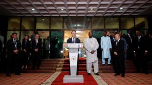 Emmanuel Macron à son arrivée à Ouagadougou, accueilli par le président du Burkina Faso Roch Marc Christian Kabore.