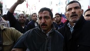 Plusieurs centaines d'islamistes ont chargé un groupe de dirigeants de l'UGTT. Tunis, le 4 décembre 2012.