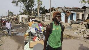 Un habitant déplace ses effets personnels du quartier de Mpila, touché dimanche 4 mars par une série d'explosions dans une dépôt de munitions.