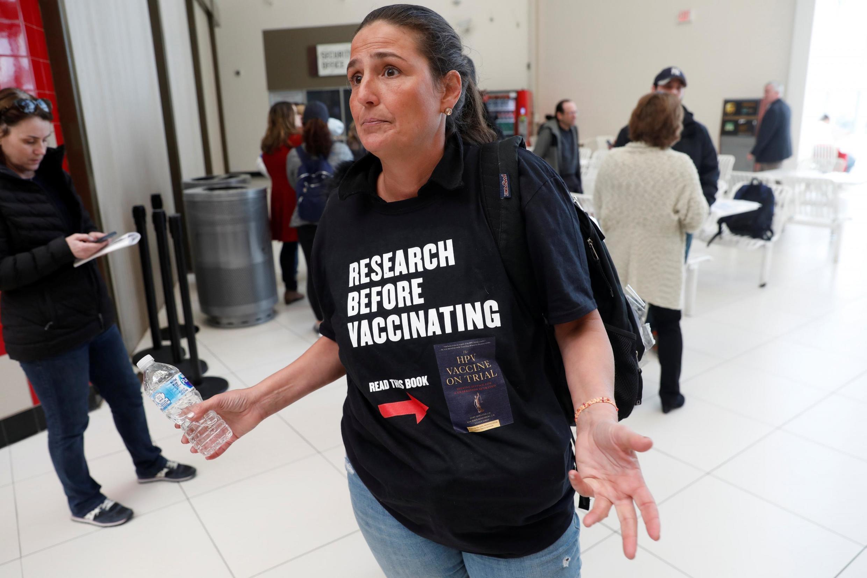 Una mujer protesta después de que las autoridades en Rockland County impedieran el acceso a espacios públicos a niños sin vacunar, en West Nyack, Nueva York, el 28 de marzo de 2019.
