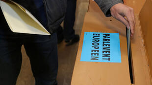 Un homme vote pour les élections au Parlement européen et pour les élections générales et régionales belges à Limal, en Belgique, le 26 mai 2019.