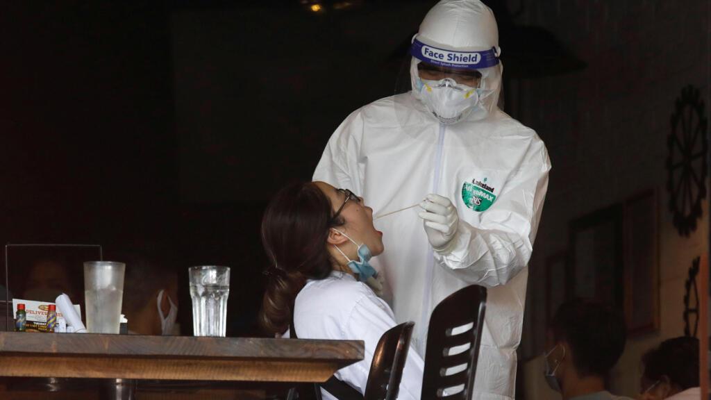 Covid-19 : Việt Nam thông báo ca tử vong đầu tiên, số ca nhiễm mới tăng kỷ lục