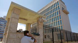 Un membre de la sécurité utilise un téléphone à l'extérieur de l'ambassade américaine à La Havane, le 2 mars 2018.