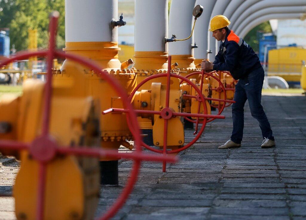 Un travailleur tourne une vanne dans une installation souterraine de stockage de gaz près de Stryï, dans l'ouest de l'Ukraine, le 21 mai 2014. (Photo d'illustration)