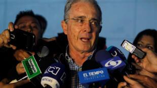 """El expresidente colombiano Alvaro Uribe, uno de los líderes del """"No"""", tras su encuentro con el mandatario Juan Manuel Santos, sobre el nuevo acuerdo de paz con las FARC. 12 de Noviembre de 2016."""