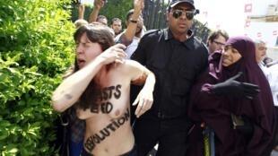 Las militantes de femen estuvieron a punto de ser linchadas antes de ser detenidas, el 29 de mayo de 2013 en Túnez.