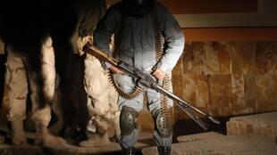 Un soldat afghan sur le site d'un attentat à Kaboul, le 29 novembre 2014.