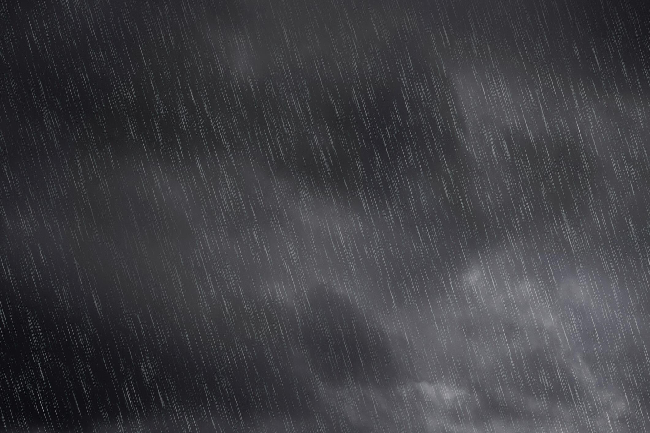 Image générique de pluie qui tombe la nuit.