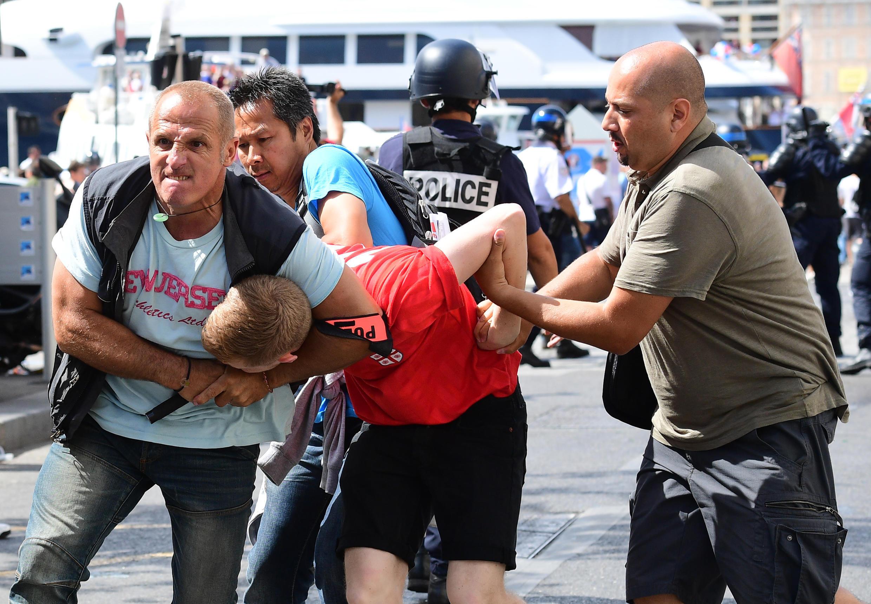 Un hooligan anglais maitrisé par les services de police, à Marseille, le 11 juin 2016.