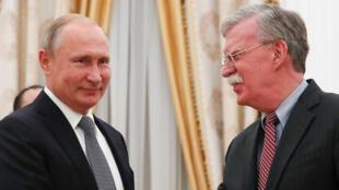 Tổng thống Nga Vladimir Putin và cố vấn an ninh Mỹ John Bolton, hôm 13/10/2018 tại Matxcơva.