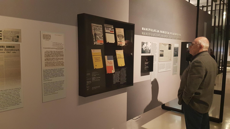 Ce mois de mars, de nombreux évènements sont organisés autour de la commémoration du soulèvement étudiant de mars 1968. Ici une exposition au musée Polin de Varsovie.