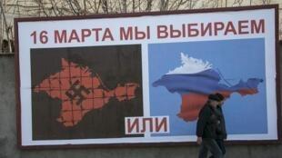 Affiche pro-russe au port de Sébastopol, le 14 mars 2014.