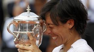 Francesca Schiavone con la copa tras ganar a la australiana Samantha Stosur en la final del Roland Garros, 5 de junio de 2010.