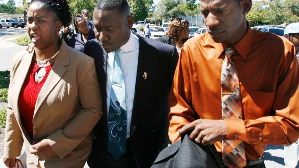 Gina Jones, à gauche, son avocat Benjamin Crump et Robert Anderson, à droite, le jour du verdict du procès de Martin Lee Anderson, le 12 octobre 2007.