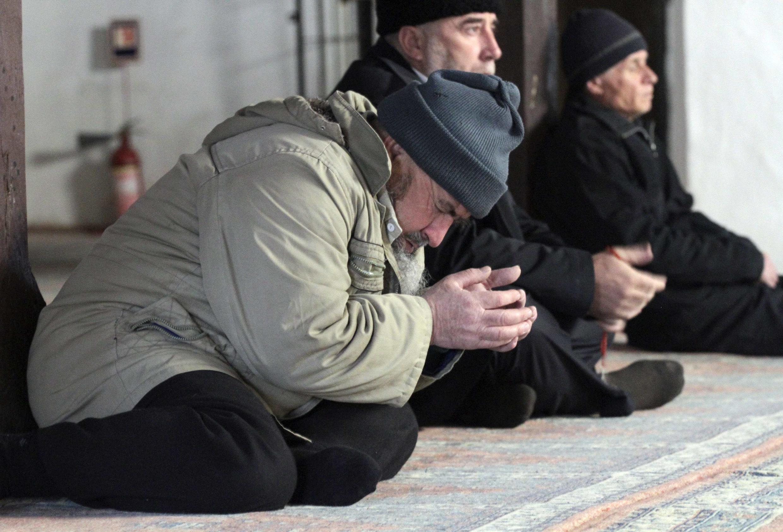 Крымские татары во время молитвы. Бахчисарай. март 2015