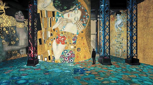 Sala da exposição do pintor austríaco Gustav Klimt no novo espaço de exposições parisience Atelier Les Lumières.