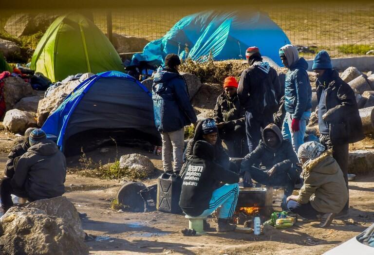 Поофициальным данным, которые приводит AFP, сейчас вКале находятся от350 до400мигрантов. Они надеются тайно перебраться вВеликобританию.