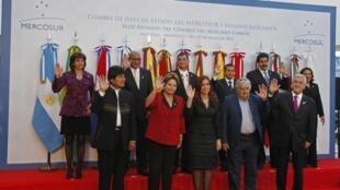 Líderes latino-americanos no final da reunião do cúpula do Mercosul.