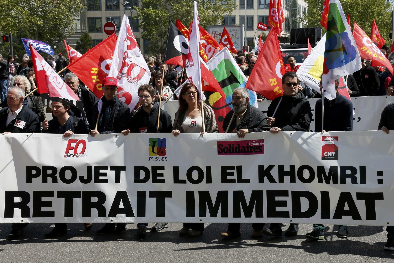 Manifestantes pedem a retirada da lei da reforma trabalhista na França.