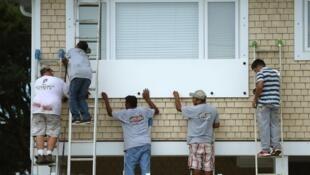 美国弗洛伦萨飓风来临  民众要么撤离要么设法防范    2018年9月11日
