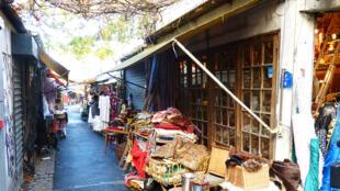 Velharias e antiguidades no Mercado de Clignancourt