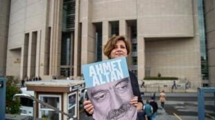 一名女记者举着遭官员的土耳其记者阿梅特·阿尔丹头像呼吁立即释放他  2017年6月19日