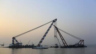 """2015年1月17日,救援隊伍在江蘇靖江水域打撈1月15日試航時沉沒的""""皖神舟67""""號拖船。共22人在事故中喪生。"""