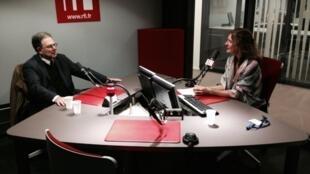 Bernard Krouck reçu par Valérie Nivelon, dans le studio de RFI.