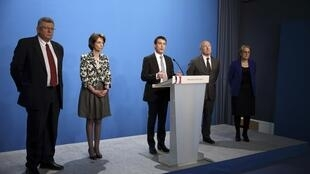 Manuel Valls announces his economic package with his ministers standing by