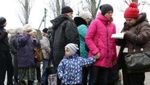 Des résidents de la ville Avdiivka, dans la région de Donetsk, font la queue pour recevoir des vêtements chauds en février 2017. (photo d'illustration)