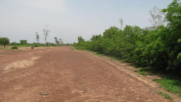 A gauche, une partie du sol en attente d'être restaurée.